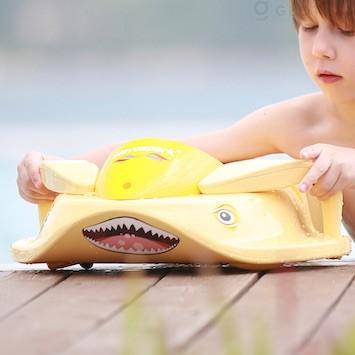 キッズ用電動ビート板「Sharki」。プールやビーチでの水遊びをもっと楽しく!