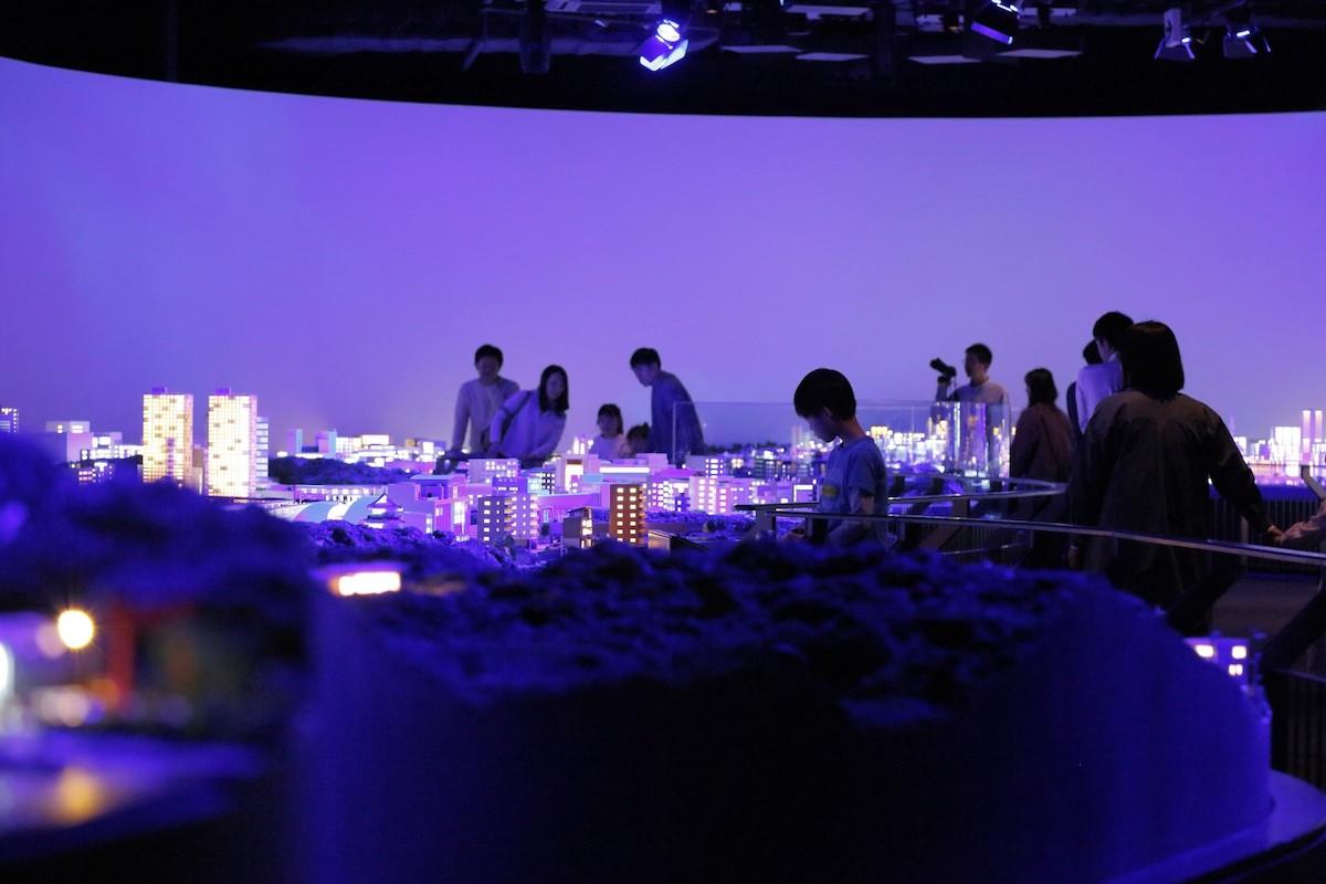 2階には、新宿から箱根までの沿線の多様さを表す約190㎡の巨大なジオラマも。プロジェクションマッピングやショーも楽しめる。