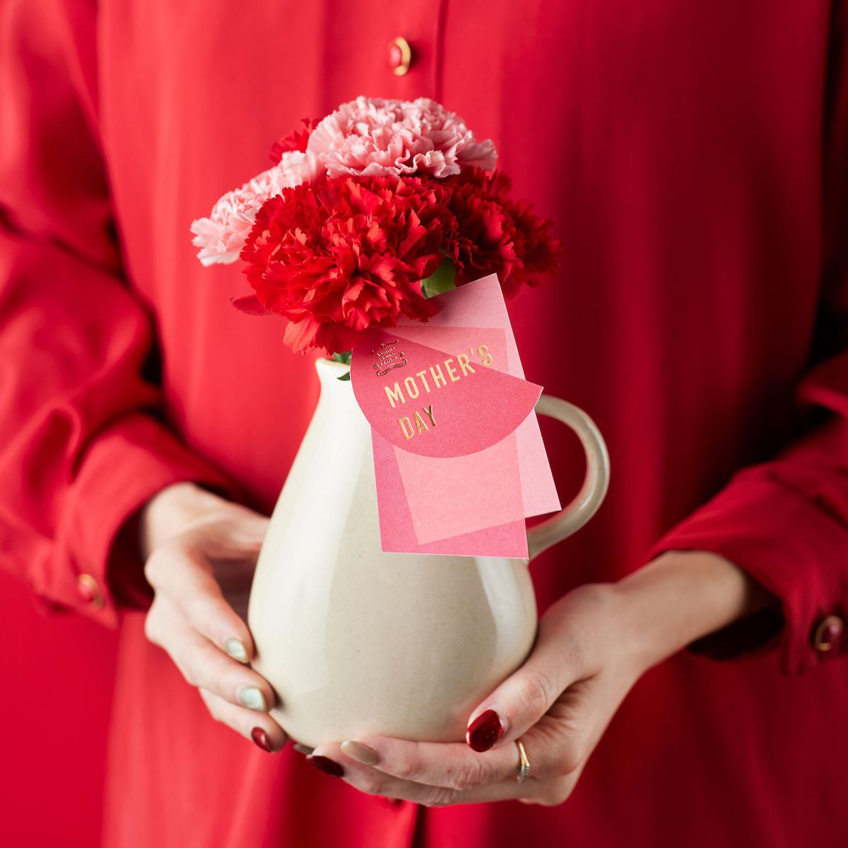 どんな花にも合うピッチャー型の花瓶とのセット。 ピッチャー&カーネーションセット ¥3,850 ※配送の場合、箱代、送料がかかります。 ※画像はイメージです。使用する花は仕入れにより異なる場合があります。
