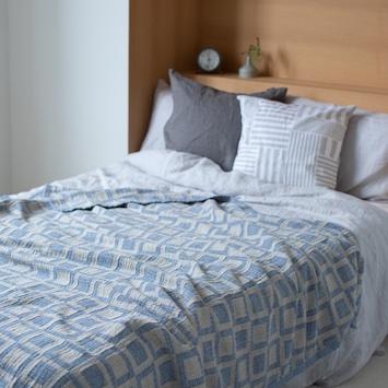 夏の睡眠環境の向上に! KLIPPANのリネン&シュニールコットンブランケット新作が登場