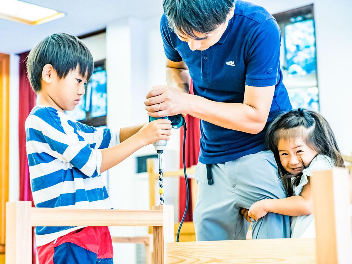 親子でオリジナルの丸太イス作りに挑戦。(※写真はイメージです)