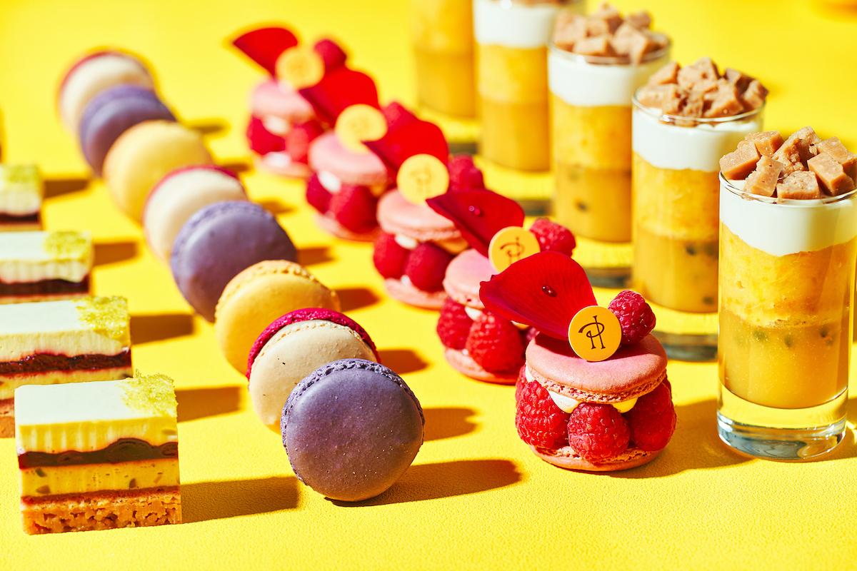 ピエール・エルメ・パリからスイーツ4品をラインナップ 左から、チーズケーキ モザイク、マカロン、 イスパハン、エモーション サティ―ヌ。