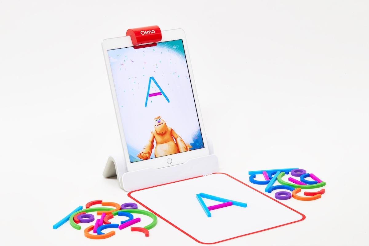 オズモ リトル ジーニアス スターター キットには、iPad用のオズモベース、反射鏡、38個のスティックとリング、19個のコスチュームピース、プレイマット、収納箱が付属。