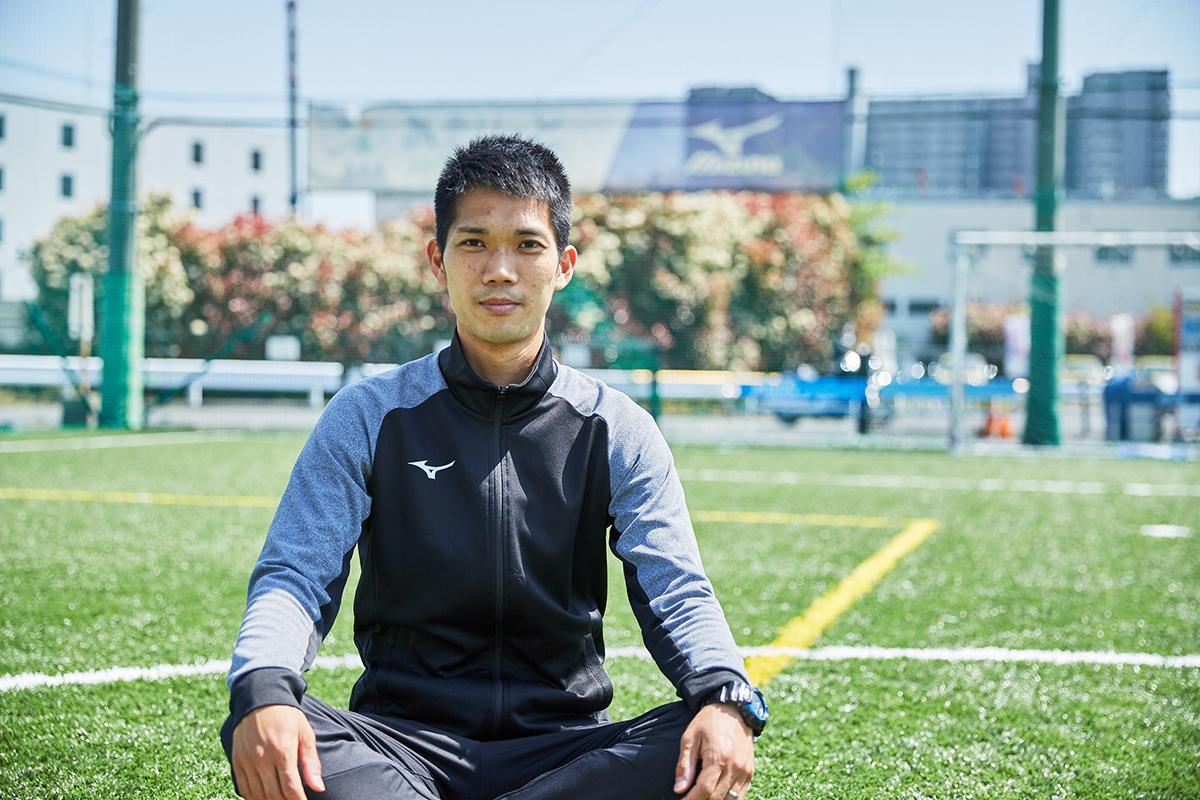 今回お話を伺った、ミズノ プレイリーダーの松岡遥介さん。幼少期からサッカーや陸上をやっていたアスリートで、プライベートでは一児の父の顔も持つ。