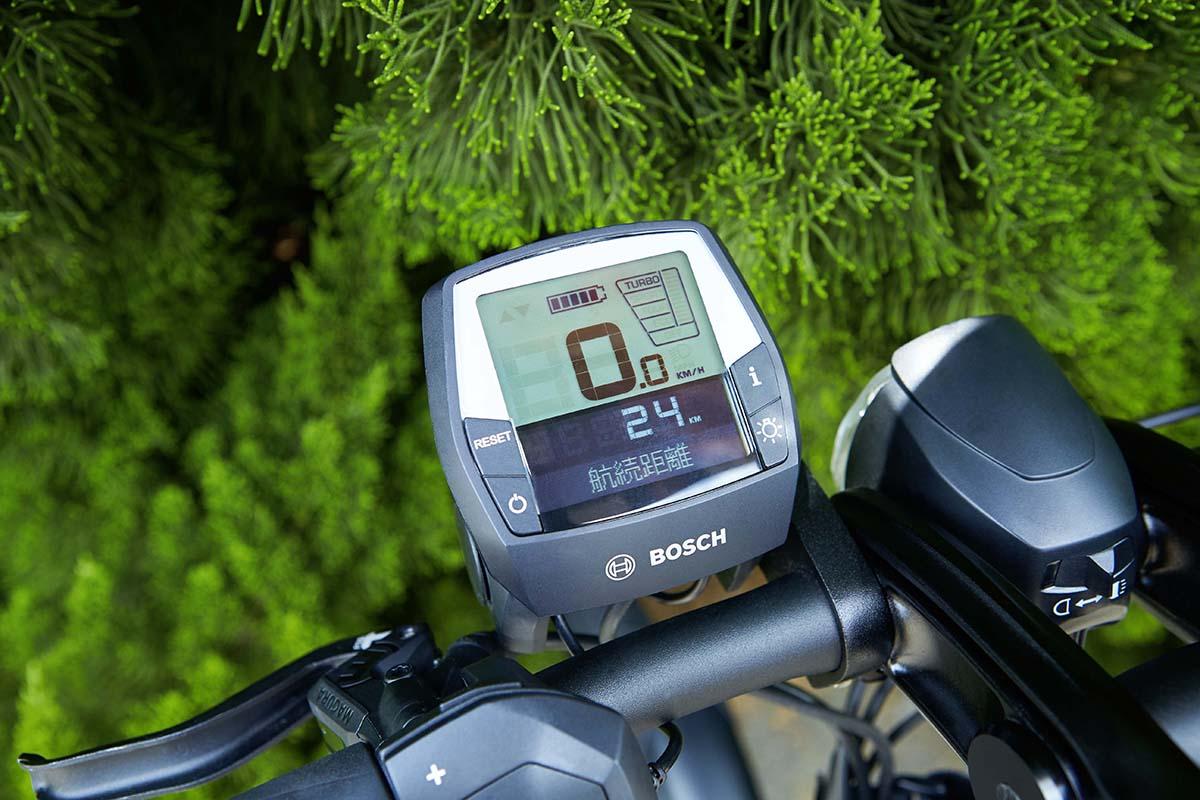 モニターには航続距離や時速などが表示される。日本では道交法により時速24kmに近づくに連れて、電動アシストが低減していくが、海外では時速24kmまで電動アシストがフルで機能するためかなり快速だろう。またTURBO、TOUR、SPORT、ECOの4アシストで走行できるので、気分や状況に応じてアシストレベルを使い分けられる。