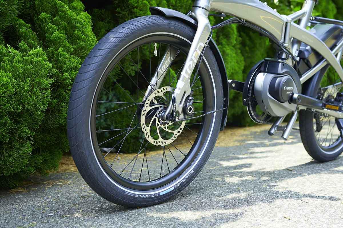 一般的にスポーツバイクは軽量化するほど高級だが細めの高圧タイヤが多く、乗り心地が固いのが特徴。一方でVEKTRON S10は太めのタイヤで安定した走行と快適な乗り心地を実現。道路からちょっとした山道まで連れて行ってくれる。