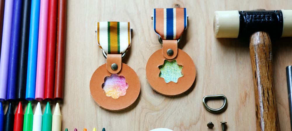 〈土屋鞄製造所〉ものづくり体験で子どもたちの心を育むワークショップ「自分だけの色で革メダルをつくろう」開催!
