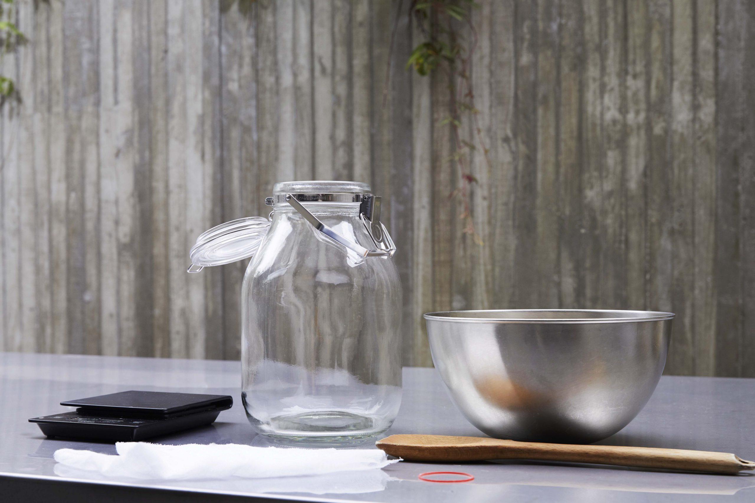 準備:瓶はあらかじめ消毒し、乾かしておく。