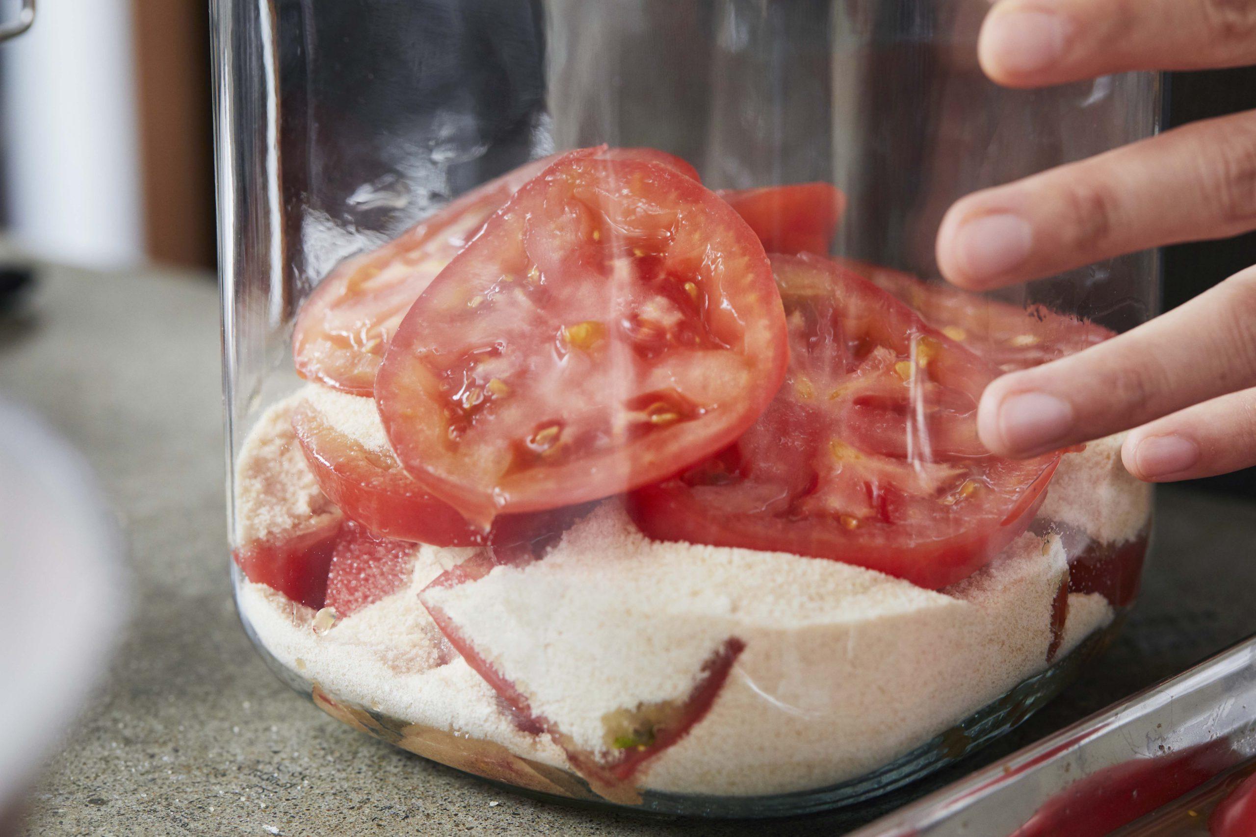 果物(今回はトマト)を良く洗ってスライスする。瓶に、砂糖、トマト、砂糖、トマトと、交互に重ね最後を砂糖でしめる。