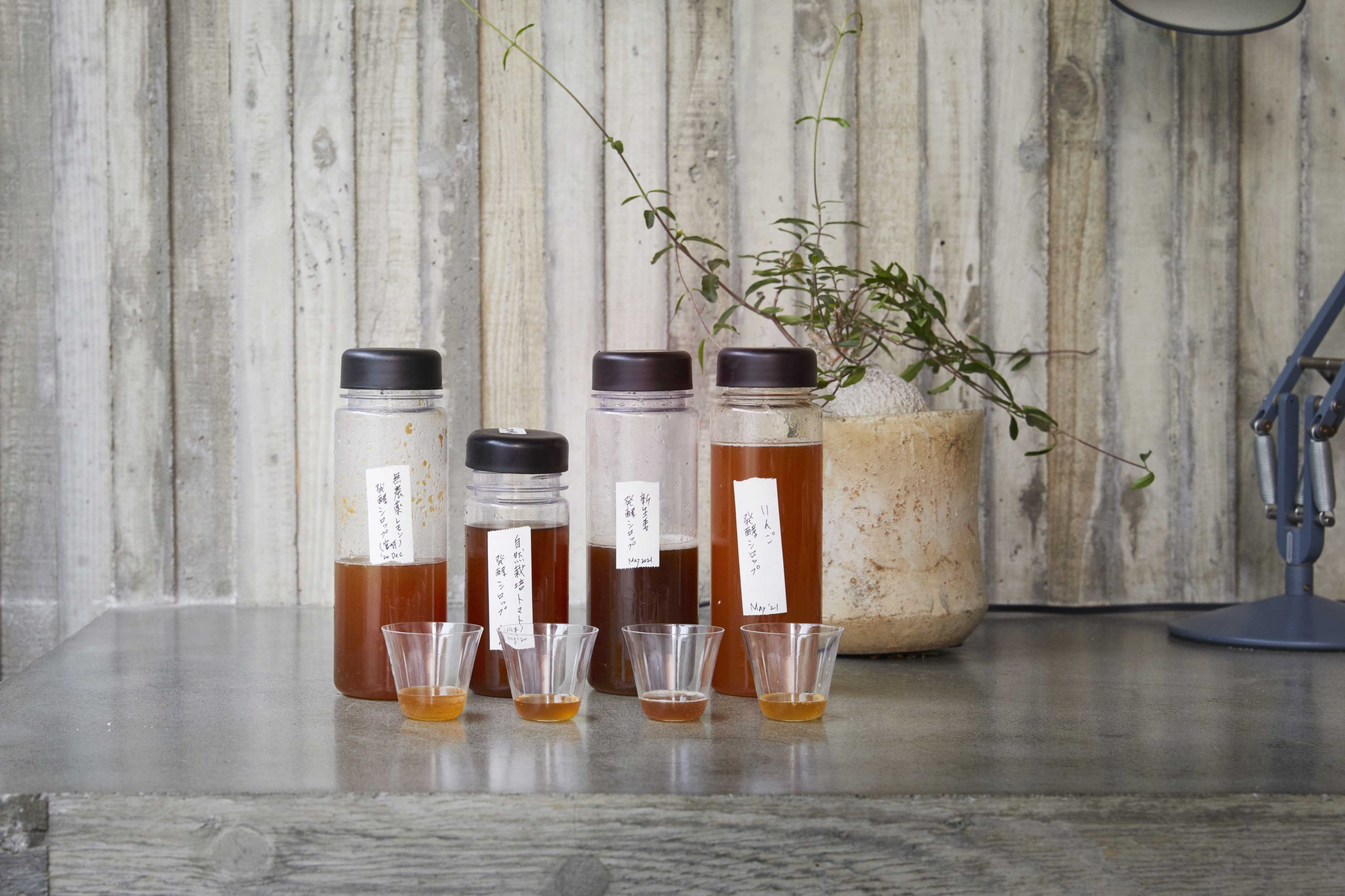 谷尻家のキッチンにずらりと並んだ酵素シロップ。りんごに新生姜、トマト、レモンなど多彩なラインナップ。