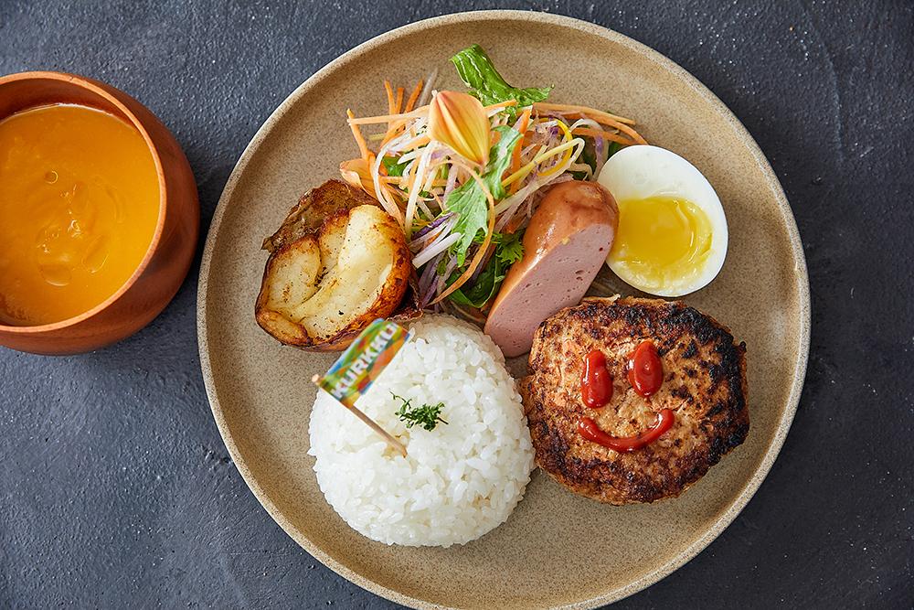 ダイニングの7月メニューの一部。農場の野菜、親鶏のハンバーグ、ソーセージなどが乗ったキッズプレートは880円。